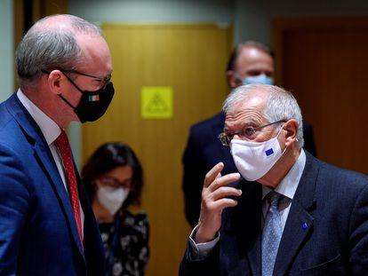 El jefe de la diplomacia europea, Josep Borrell, con el ministro de Exteriores irlandés, Simon Coveney, durante el Consejo.
