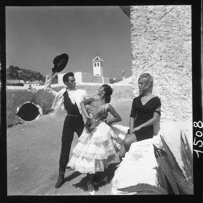 Brigitte Bardot contempla a dos bailaores flamencos en La Carihuela de Torremolinos.