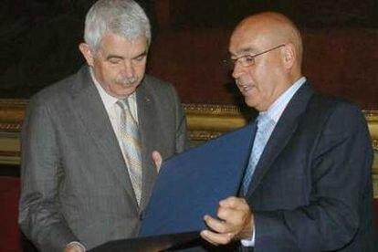 El presidente de la Generalitat, Pasqual Maragall (izquierda), junto al presidente del Senado, Javier Rojo, tras la aprobación en el Senado del Estatuto de Cataluña.