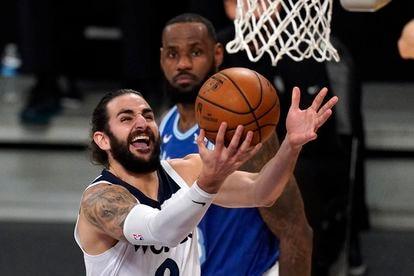 Ricky Rubio lanza, ante la mirada de LeBron en un duelo entre Lakers y Minnesota.