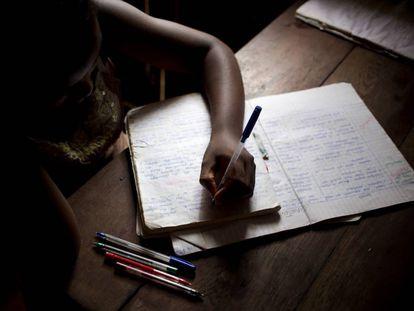 Carine, de 13 años, estudia en la casa que comparte con su madre, abuela y hermanos en la isla de Nosy Be, en Madagascar. 264 millones de niños y adolescentes en el mundo están fuera de la escuela.