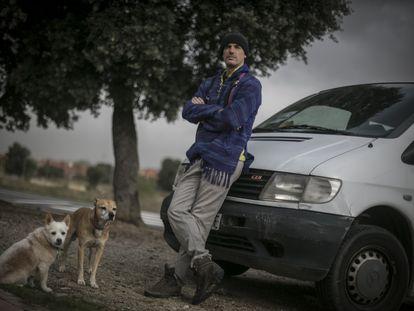 Fernando Vizcaíno, junto a la furgoneta en la que vive para que no le confinen, la semana pasada, en Guadarrama, Madrid.