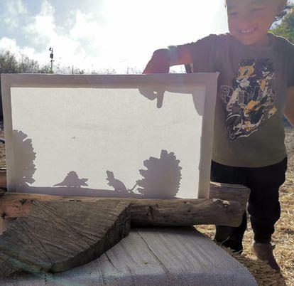 Unas piñas, algunos palos, una tela, el sol y un par de invitados especiales sirven para hacer un teatro de sombras en la escuela de la naturaleza Bosqueko, de Santa Brígida, en Las Palmas de Gran Canaria.