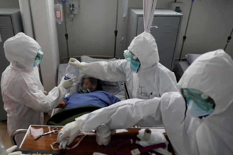 Personal médico atiende a un paciente de coronavirus en México