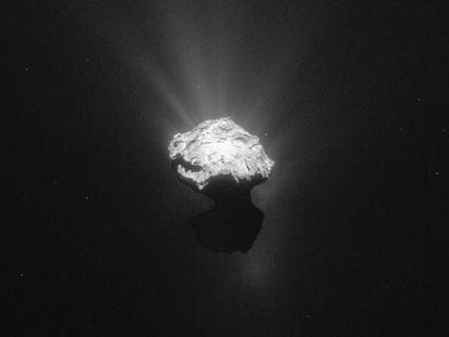 El cometa 67/P fotografiado por 'Rosetta'. La sonda, probablemente, acabará su misión chocando contra su superficie