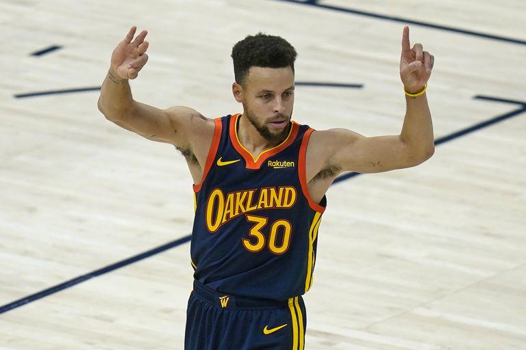 Stephen Curry celebra el acierto ante Utah que le permitió situarse segundo en la clasificación histórica de triples.