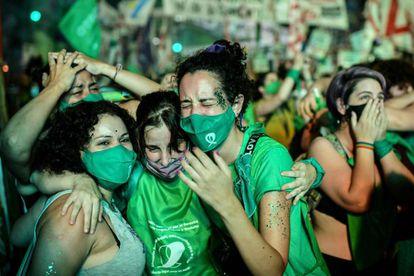 Varias activistas muestran su alegría tras la aprobación de la ley del aborto en Argentina.