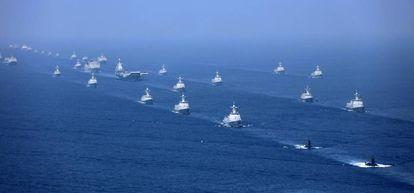 Un portaviones chino es escoltado este jueves por submarinos y fragatas, en el mar del Sur de China.