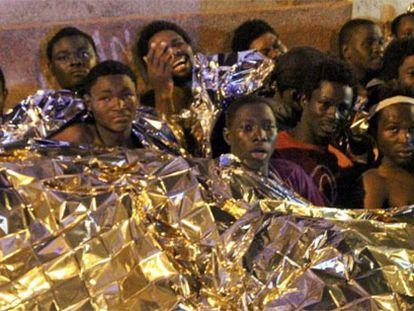 Un grupo de inmigrantes, tras ser detenidos por la policía hoy en Melilla.
