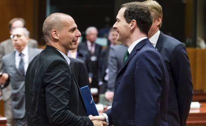 George Osborne (a la derecha) con Yanis Varoufakis el martes en Bruselas.