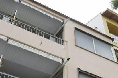 Fachada del edificio donde vive Serafín Castellano en Benissanó, donde la policía efectúa el registro.