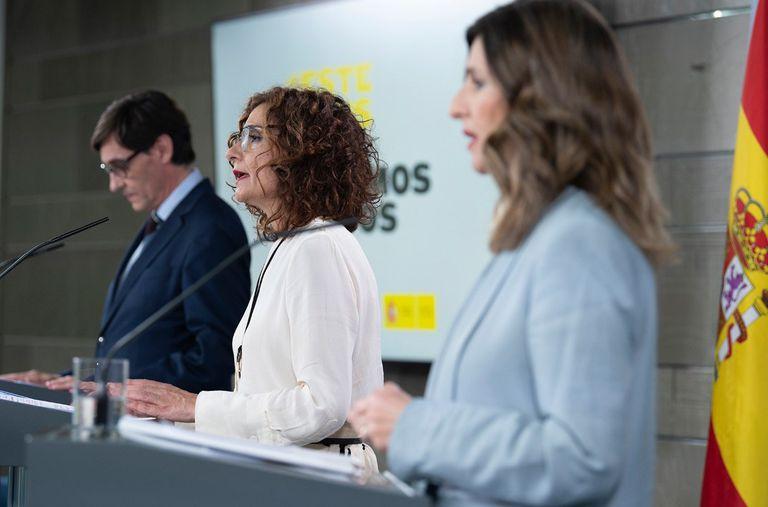 Desde la izquierda: los ministros de Sanidad, Salvador Illa, Hacienda, María Jesús Montero, y Trabajo, Yolanda Díaz, durante su comparecencia este viernes tras la celebración del Consejo de Ministros.