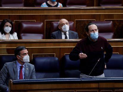 El vicepresidente segundo del Gobierno, Pablo Iglesias (a la derecha) junto con el presidente del Gobierno, Pedro Sánchez, durante la sesión de control al Gobierno este miércoles.