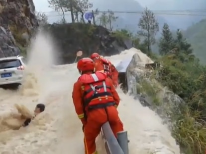 Espectacular rescate de un conductor en la carretera de un barranco en China