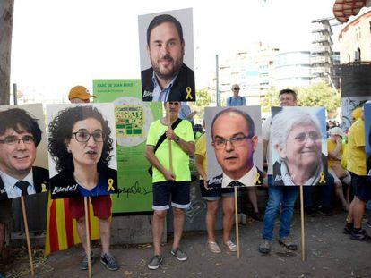 Carteles de apoyo a los procesados fugados y a los políticos presos en la manifestación del pasado sábado en Barcelona. En vídeo, las declaraciones del ministro de Asuntos Exteriores.
