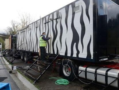 Un operario del Circo Italiano limpia un camión en 2020.