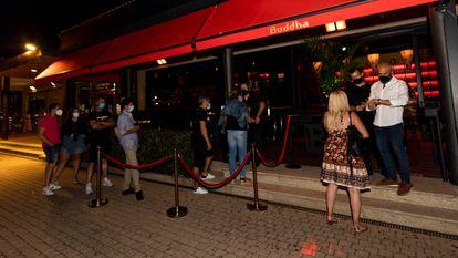 Cola para acceder a una discoteca en Sansenxo (Pontevedra), 16 de julio.