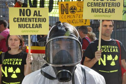 Protestas contra el almacén nuclear frente al Ministerio de Industria, ayer en Madrid.