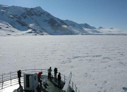 El buque oceanográfico noruego <i>Jan Mayer</i>, ante un mar de hielo, en el océano Ártico. La imagen fue tomada en julio de 2009.