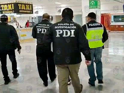 Policías arrestan al sospechoso en el aeropuerto de Ciudad de México, este miércoles.
