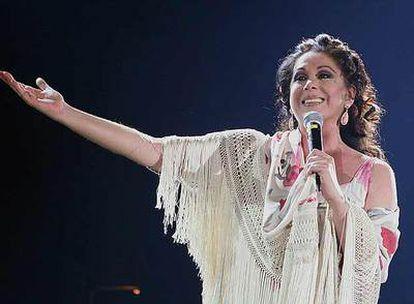La cantante Isabel Pantoja durante una de sus actuaciones