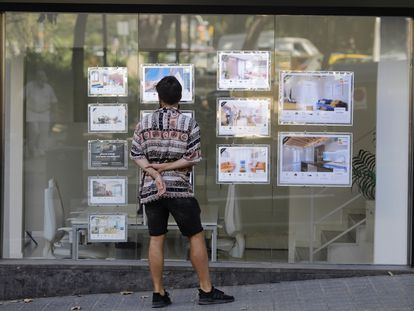 Un joven mira anuncios de pisos de alquiler en Barcelona, en agosto de 2021.