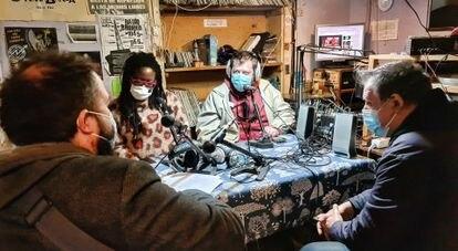 Radio Nikosia en plena grabación.