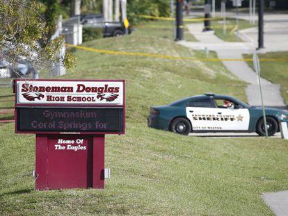 Un coche patrulla frente al instituto de Parkland (Florida) que sufrió el tiroteo este miércoles.