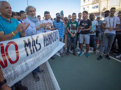Concentración en Cádiz para pedir a la Junta que no deje en la calle a migrantes.