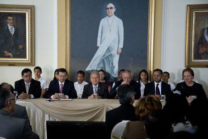 Mesa de Casa Presidencial durante la firma del acuerdo Fomilenio II
