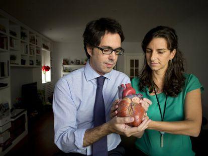 Los cardiólogos Jorge Solís y Leticia Fernández, en su casa de Madrid.