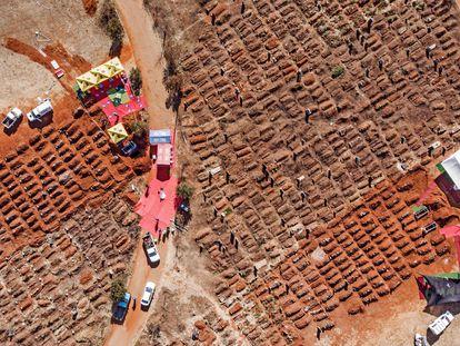 Vista aérea en la que se ve varios funerales celebrándose a la vez en el cementerio Olifantsvlei de Soweto, el pasado 25 de julio.