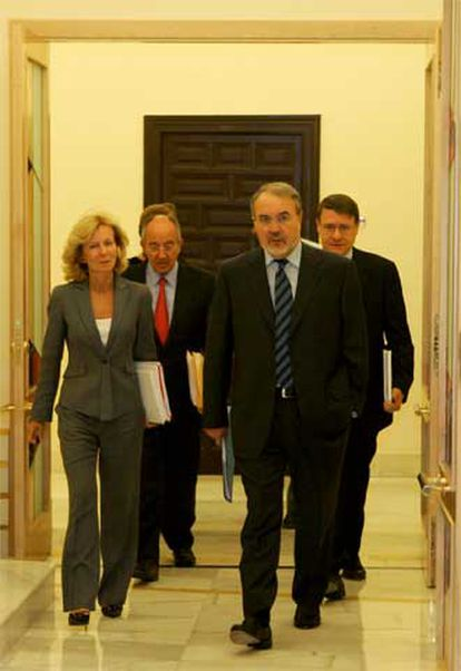 En primer término, Pedro Solbes; a su lado, Elena Salgado, y detrás, Miguel Ángel Fernández Ordóñez (secretario de Estado de Hacienda) y Jordi Sevilla, antes de su comparecencia para explicar la propuesta del Gobierno.