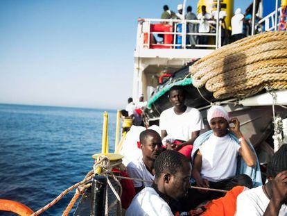 Migrantes a bordo del 'Aquarius', este lunes.
