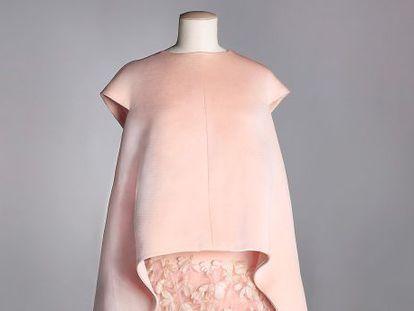 Vestido de tafetán y plumas de Balenciaga (1967).