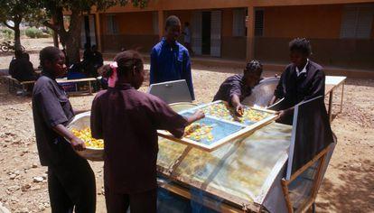 Un grupo de mujeres de Burkina Faso se entrena con un método para secar tomates que permite conservarlos y venderlos o consumirlos incluso fuera de temporada.