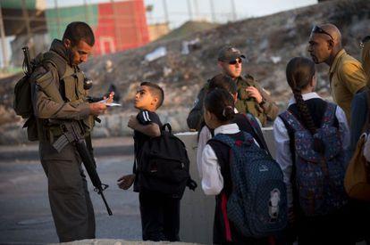 Un soldado israelí identifica a un niño palestino en Jerusalén, el 22 de octubre de 2015.