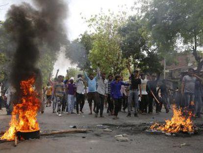 La movilización de miles de personas de la casta más desfavorecida del país se salda con al menos nueve muertos