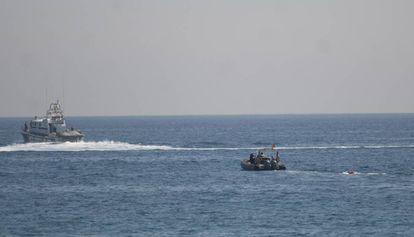 Una lancha traslada el explosivo al mar.