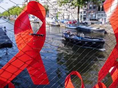 Lazos rojos en Ámsterdam, donde esta semana se celebra la 22ª Conferencia Internacional del Sida.