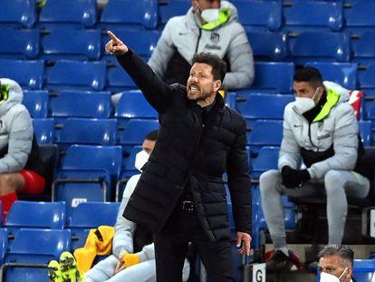 El entrenador del Atlético de Madrid, Diego Simeone, da instrucciones a sus jugadores en el partido de la Champions League.