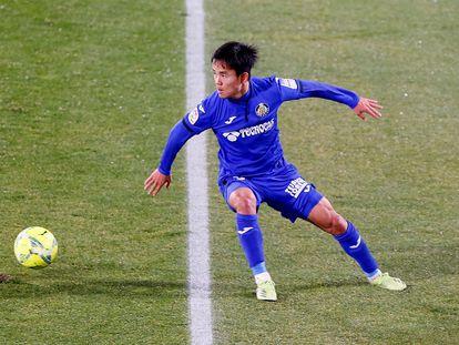 Take Kubo, en el partido de su debut con el Getafe, ante el Elche (1-3), celebrado en el estadio Martínez Valero el pasado mes de enero. EFE/Ramón