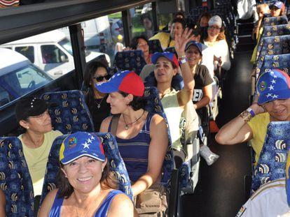 Venezolanos viajan de Miami a Nueva Orleans para votar después del cierre del consulado en Miami.