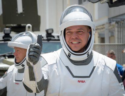 Los astronautas de la NASA Robert Behnken (derecha) y Douglas Hurley, con sus trajes espaciales, este sábado antes del lanzamiento de la nave 'Crew Dragon' desde Cabo Cañaveral.