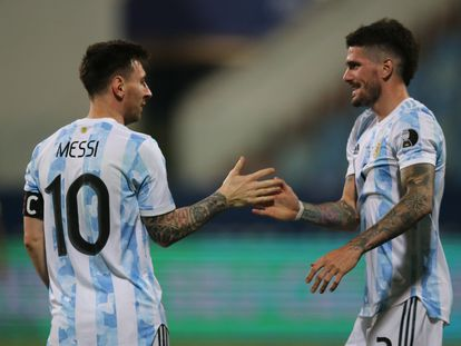Messi saluda a De Paul, en el triunfo de Argentina frente a Ecuador.