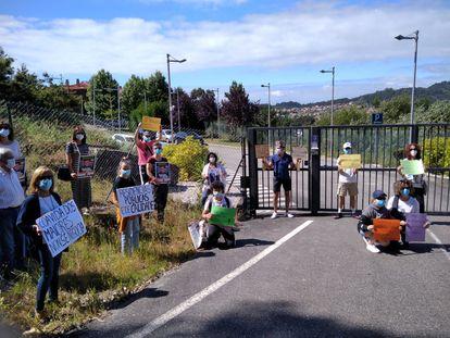 Parientes de residentes en el centro DomusVi de Aldán (Cangas do Morrazo, Pontevedra) se concentran en el exterior del recinto para reivindicar la contratación de personal y mejor atención a los ancianos en la crisis del coronavirus.
