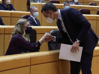 Pedro Sánchez conversa con Yolanda Díaz, esta tarde en el Senado.