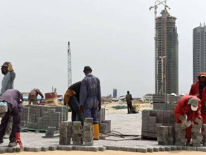 Los trabajadores de Eko Atlantic City, en Lagos, trabajan para terminar uno de los proyectos urbanísticos más ambiciosos de África.