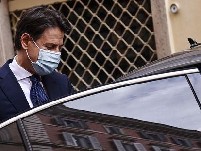 El primer ministro dimisionario, Giuseppe Conte, saliendo de su casa este miércoles.