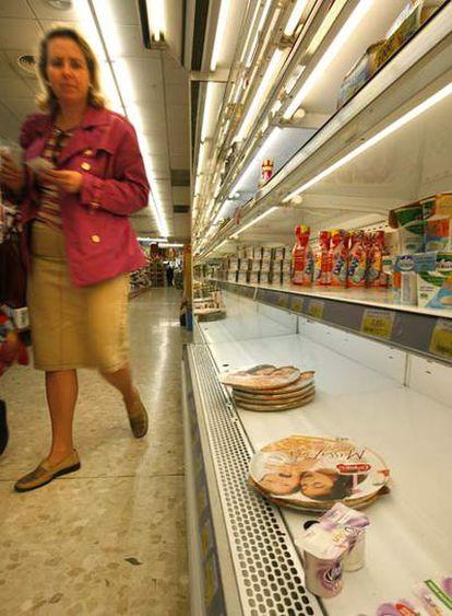 Imagen de una estantería de lácteos en un supermercado valenciano.